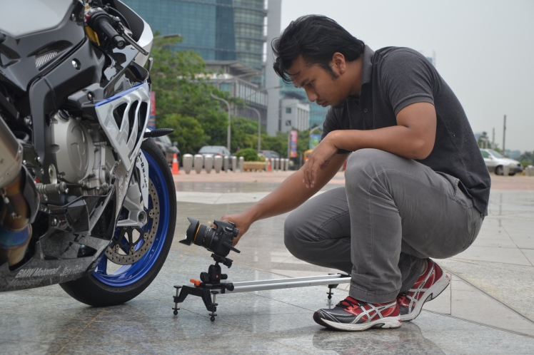 our camera operator (Izu) trying to get the best shot for the review film