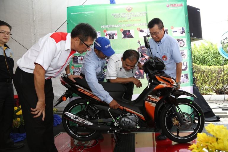 YB Datuk Abdul Aziz Kaprawi  being briefed on the 15-point safety check