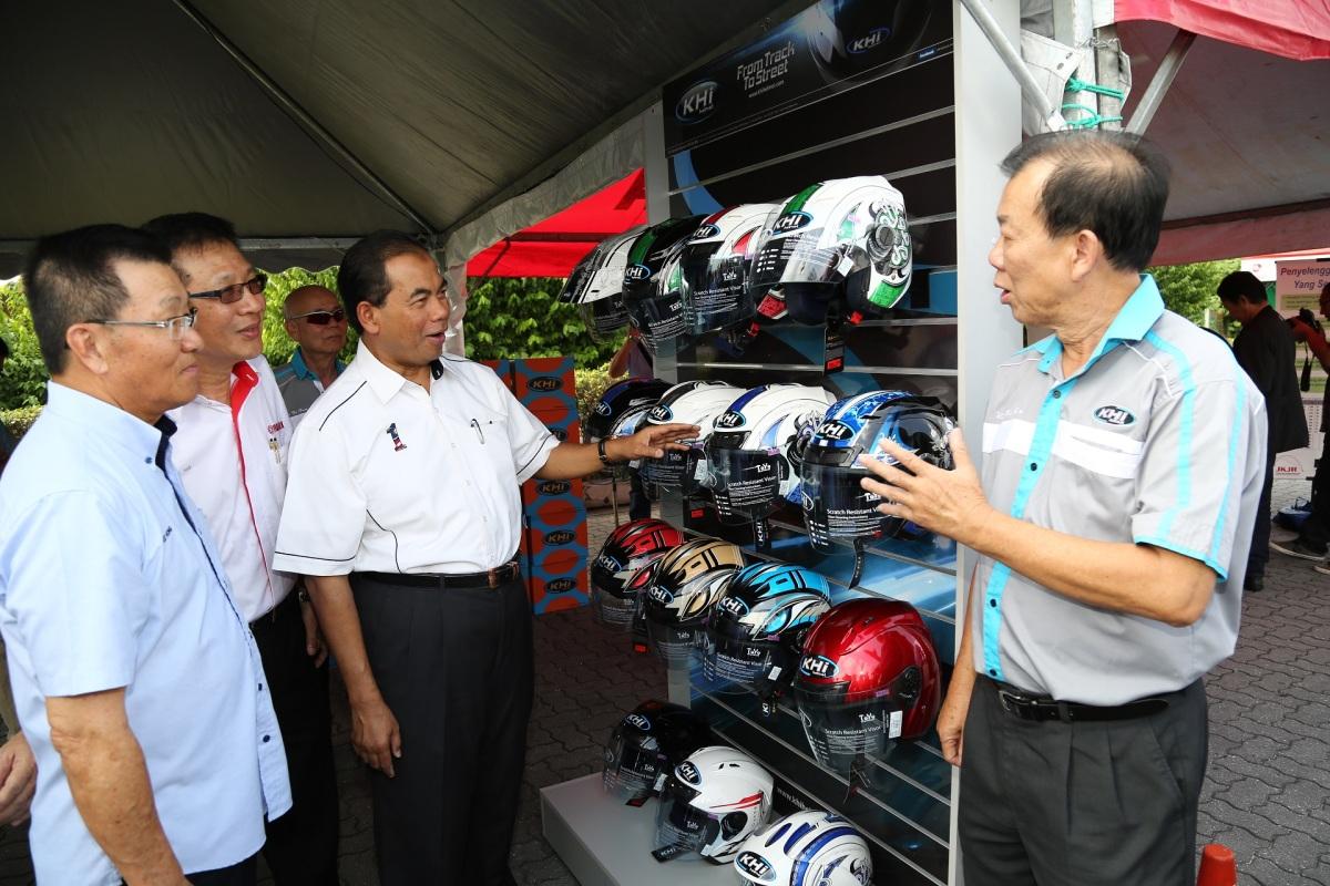 YB Datuk Abdul Aziz Kaprawi browsing through various helmets on display