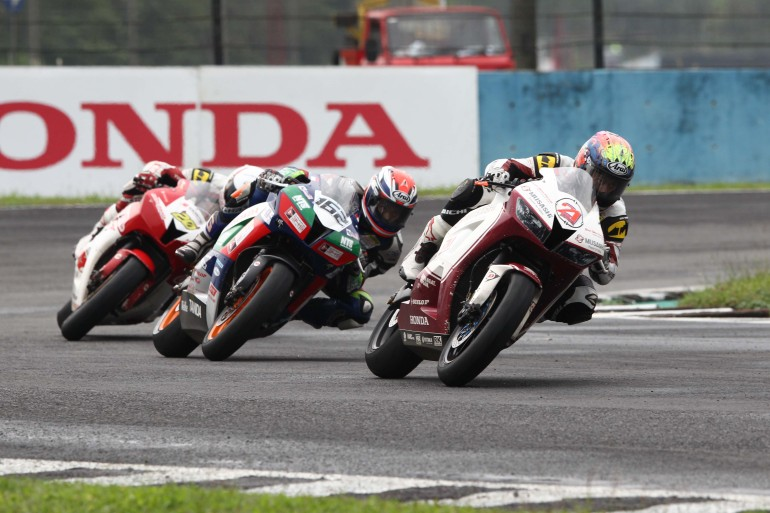 Zaqhwan Zaidi 21 leading the SuperSports 600cc race in Indonesia ahead of M Fadli and Dimas Ekky