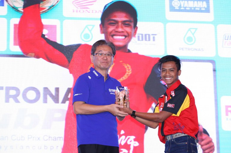 Izzat receiving the Yamaha Spirit of Challenge award at Sama-Sama hotel