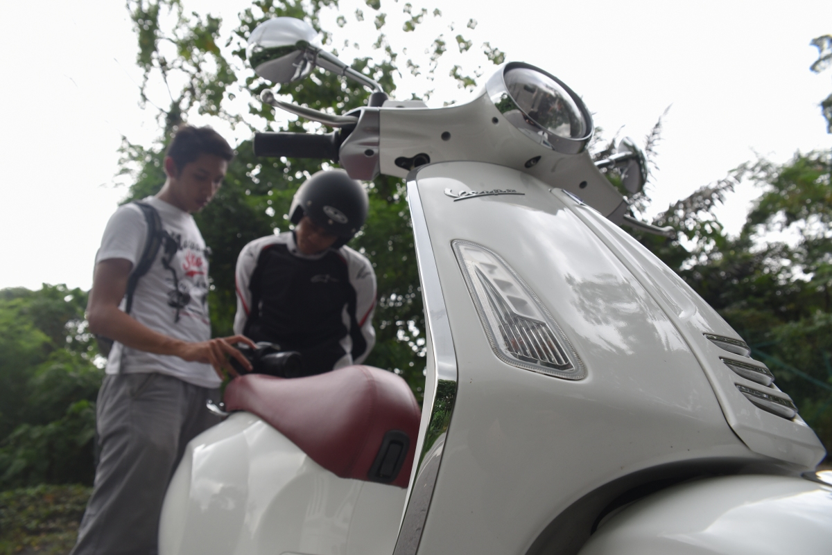Malaysian Riders' film director Muhammad Rashidi discussing some of his shot with Reffy for his Vespa testing