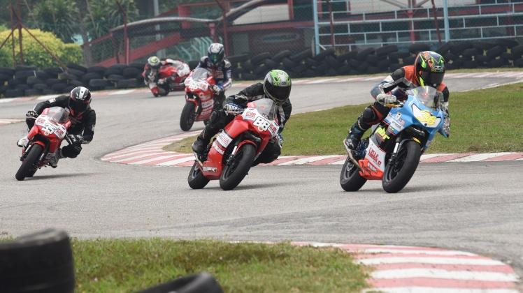 Reffy Kamar being chased by Azrul and Muhammad Rashidi