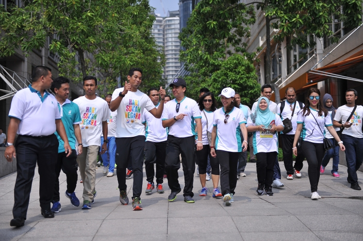 YB Khairy Jamaluddin welcomed by PETRONAS President and Chief Executive Officer, Datuk Wan Zulkiflee Wan Ariffin and PETRONITA President, Datin Dr Azura Ahmad Tajuddin to the inaugural Orchid Fun Run and Ride back in 2015.