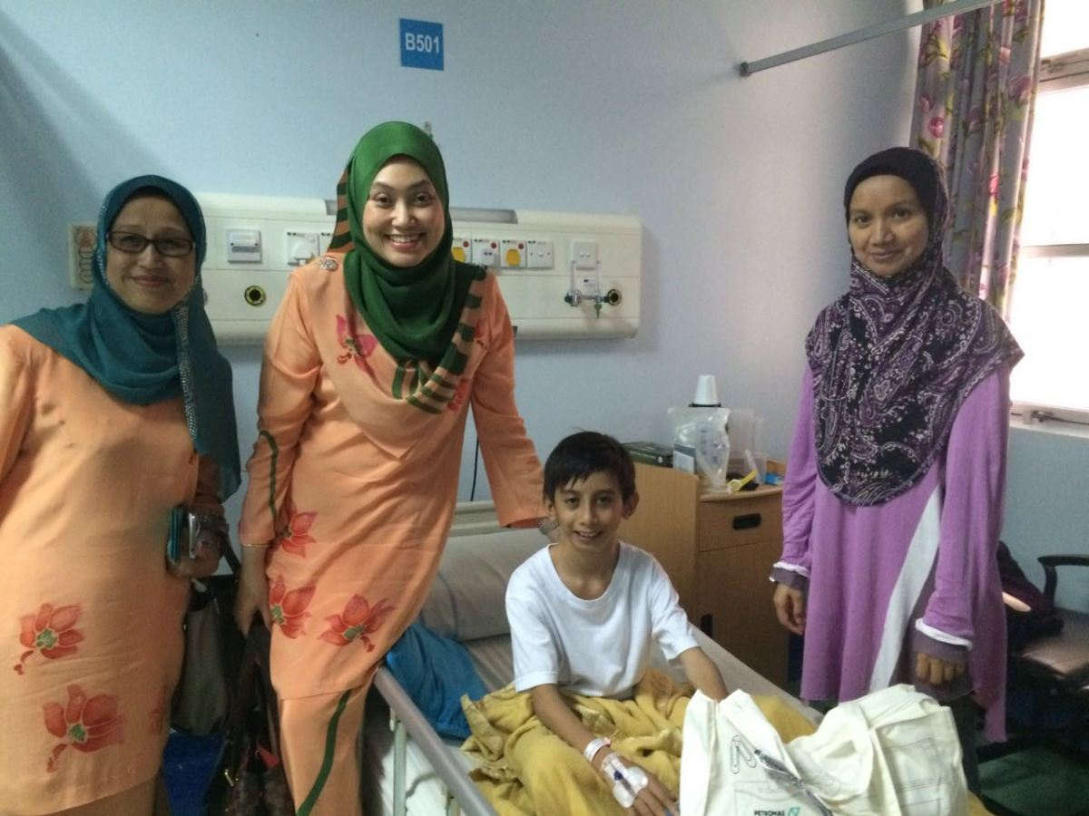 PETRONITA members Puan Lita Osman and Puan Azmah Azman with a young patient during their visit to the Paediatric & Congenital Heart Centre (PCHC) during the month of Ramadhan this year.