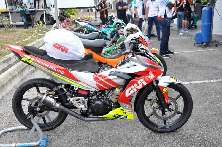 givi-honda-yuzy-racing-bike
