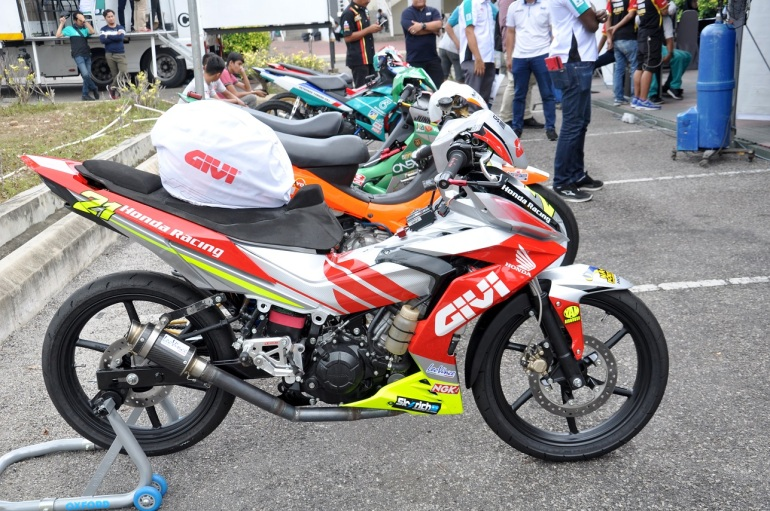 givi-honda-yuzy-racing-bike