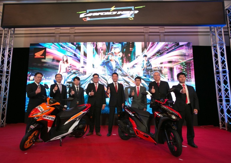 02 Boon Siew Honda senior management and Vario 150 Large Project Leader Mr Ryoji Imai (L3) with the new Vario 150